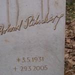 individueller Grabstein für einen Puppenspieler